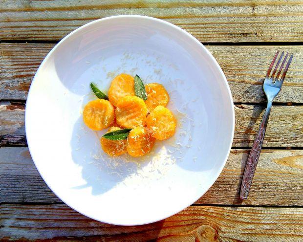 Kluski ziemniaczano-dyniowe z masłem szałwiowym