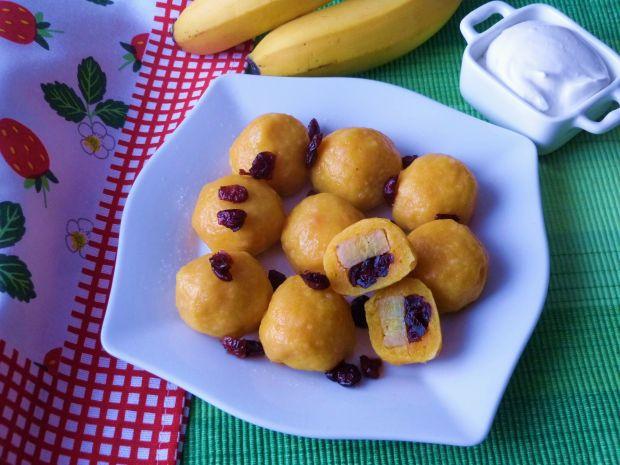 Knedle z bananami i żurawiną