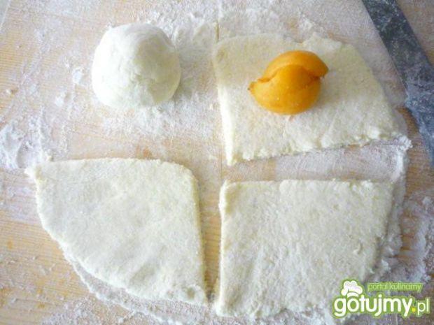 Knedle ziemniaczano-serowe z morelami