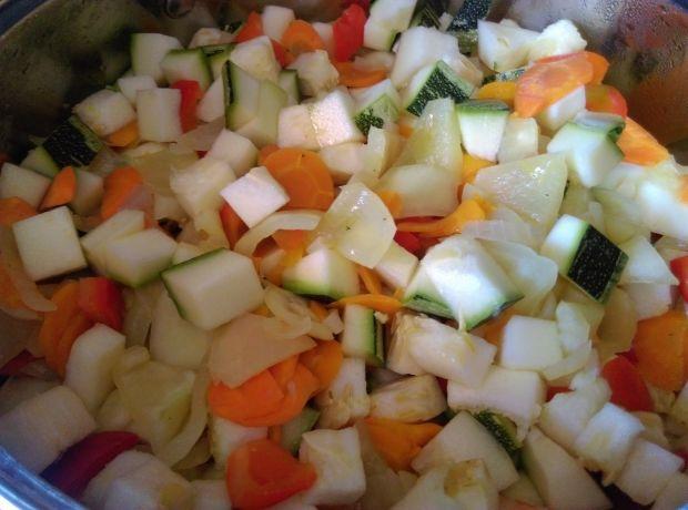 Kociołek warzywny z kiełbasą