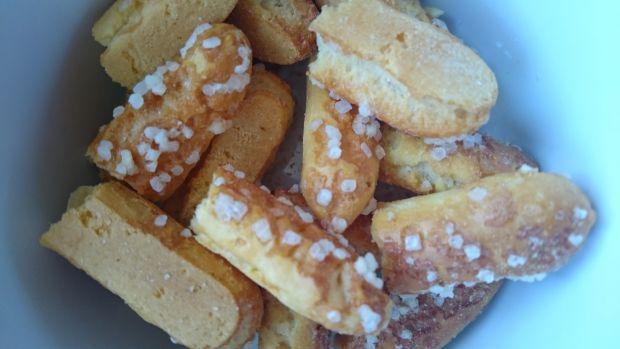 Kokosowy deser z bitą śmietaną i słomką ptysiową