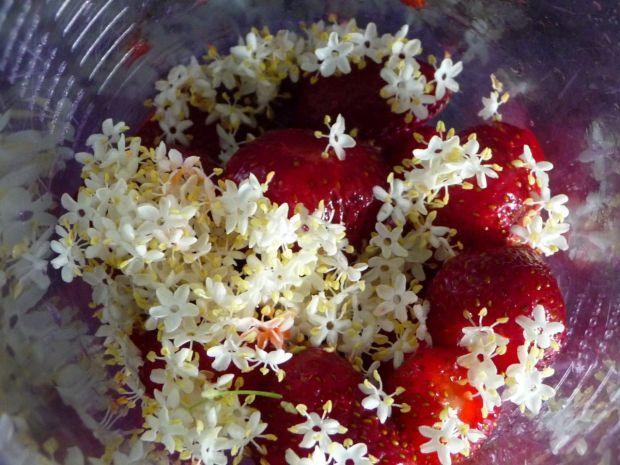 Koktajl truskawkowy z kwiatami bzu
