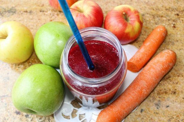 Koktajl z soku z czerwonych buraków,jabłka,marchwi