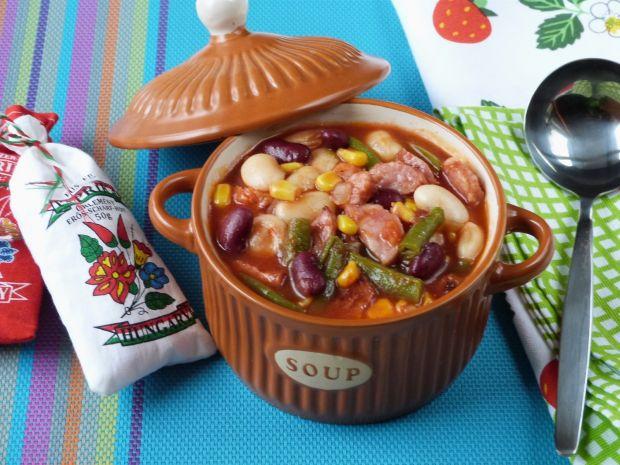 Kolorowa fasola w sosie pomidorowym