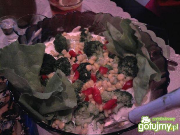 Kolorowa sałatka z brokułem 3