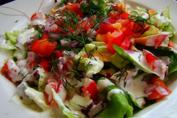 Kolorowa sałatka z lekkim sosem