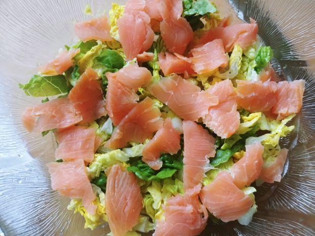 Kolorowa sałatka z łososiem