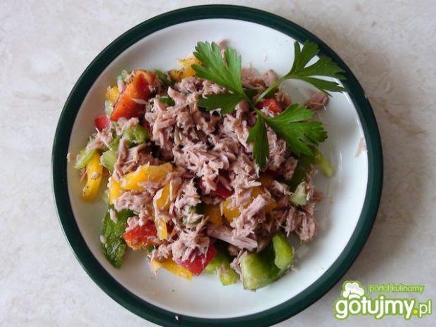 Kolorowa sałatka z papryki i tuńczyka