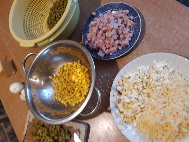 Kolorowa sałatka z sosem chrzanowym