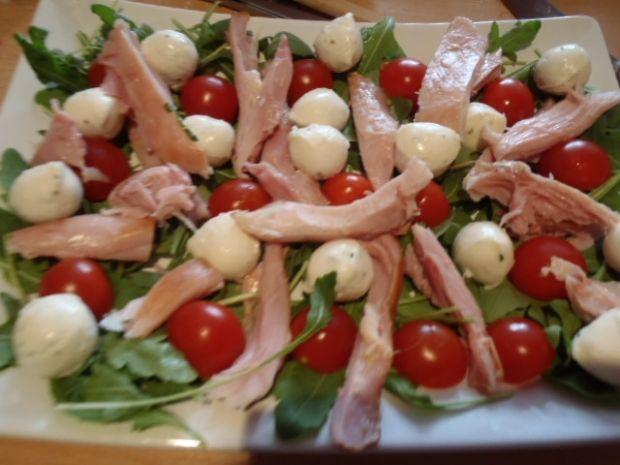 Kolorowa sałatka z wędzonym kurczakiem