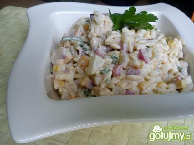 Kolorowa sałtka z makaronem ryżowym