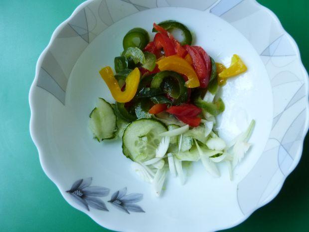 Kolorowa surówka z papryki ogórka