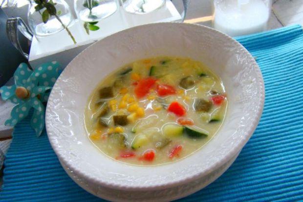 Kolorowa zupa z cukinią i kukurydzą