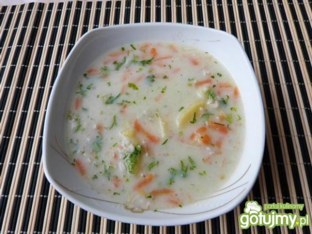 Kolorowa zupa z warzywami i kaszą