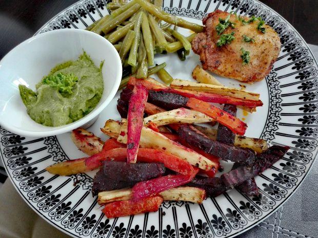 Kolorowe frytki z dipem z awokado