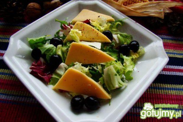 Kolorowe sałaty z serem żółtym