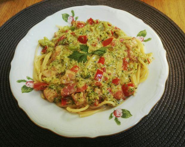 Kolorowe spaghetti w śmietanowym sosie