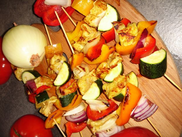 Kolorowe szaszłyki z kurczakiem curry i warzywami
