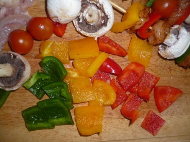 Kolorowe szaszłyki z sosem cebulowym