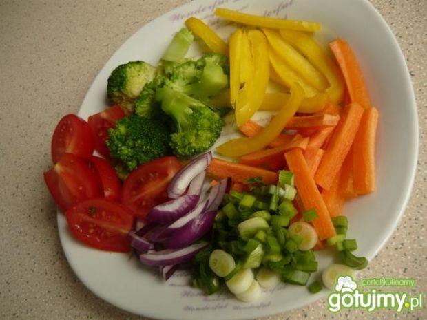 Kolorowy makaron z warzywami