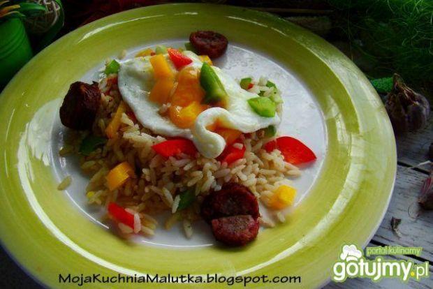 Kolorowy ryż z jajkiem sadzonym