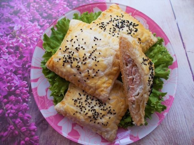 Koperty z ciasta francuskiego z łososiem