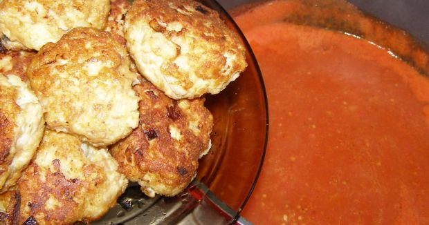 Kotleciki mielone w sosie pomidorowym z kopytkami