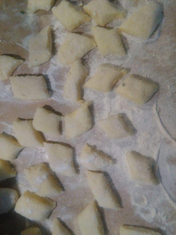 Kopytka  z  kurkami maślano-szałwiowymi
