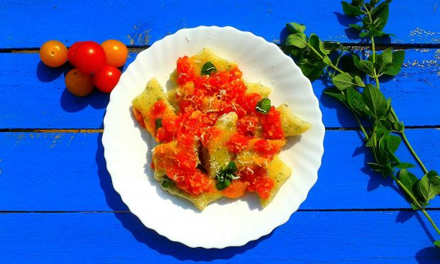 Kopytka z oregano  z sosem ze świeżych pomidorów