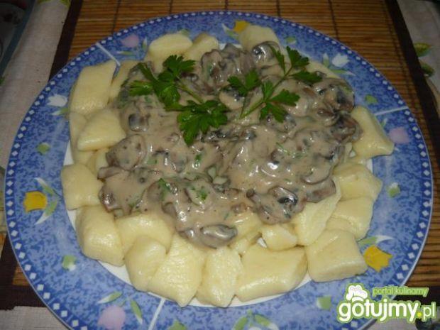 Kopytka z pieczarkowo-kremowym sosem