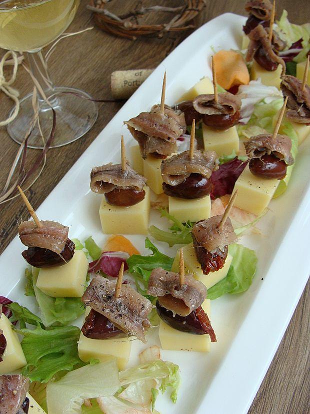 Koreczki serowe z sardelami i oliwkami