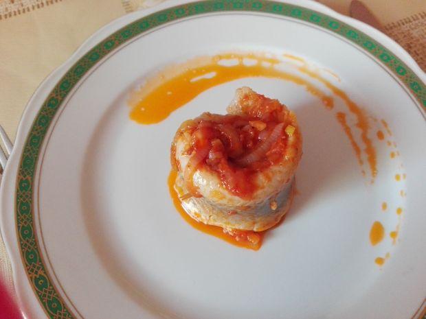 Koreczki śledziowe w sosie cebulowo - pomidorowym