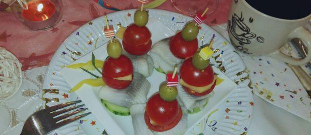 Koreczki śledziowe z pomidorami scherry