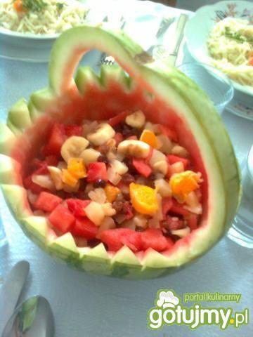 Koszyk z sałatką owocową