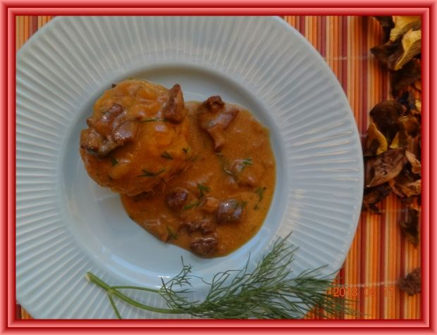 Kotleciki z pęczaku z sosem z suszonych grzybów