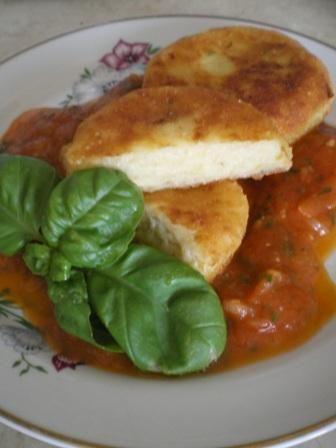 Kotleciki ziemniaczano-serowe z sosem