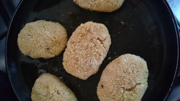 Kotlety z kaszy jaglanej ze smażoną cebulą i nutą