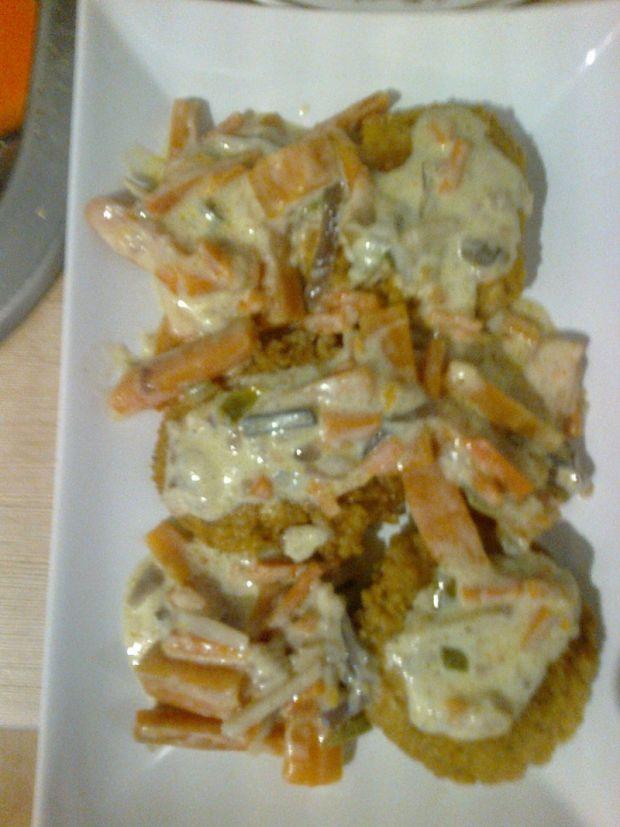 Kotlety z kaszy jęczmiennej z sosem