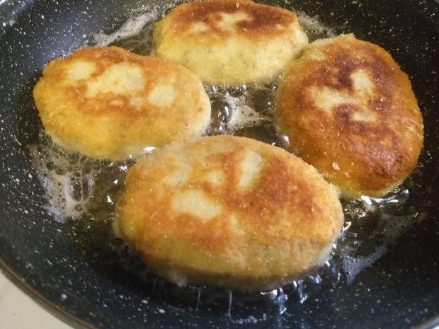 Kotlety ziemniaczane z dodatkiem sera żółtego