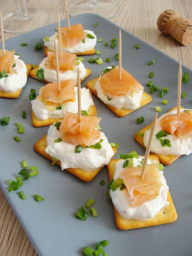 Krakersowe kanapeczki z łososiem
