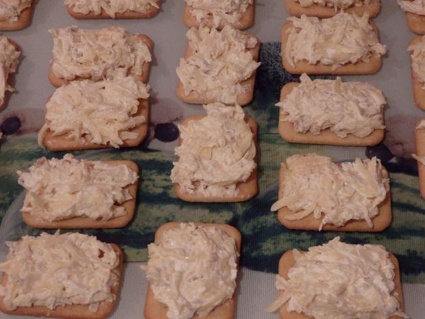 Krakersy z pastą serową