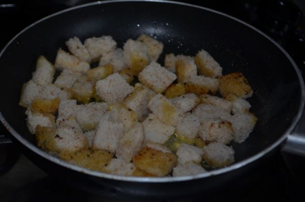 Krem cebulowy z grzankami i wędzonym serem