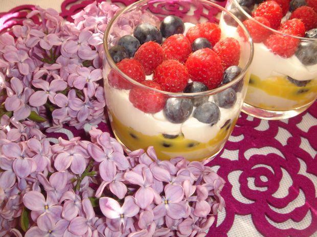Krem mascarpone z owocami sezonowymi i advocatem