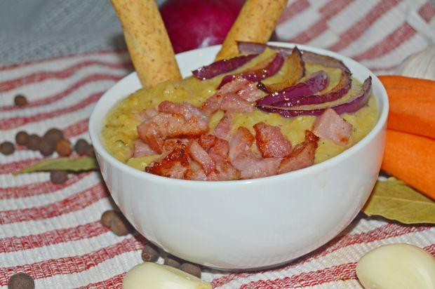 Krem z grochu z karmelizowaną cebulą i kiełbasą