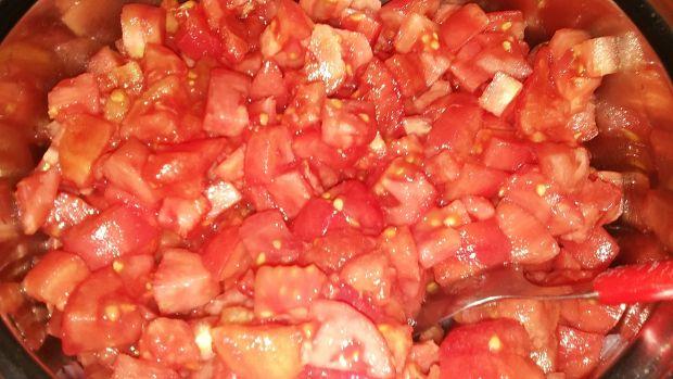 Krojone pomidory bez skórki z cebulą (na zimę)
