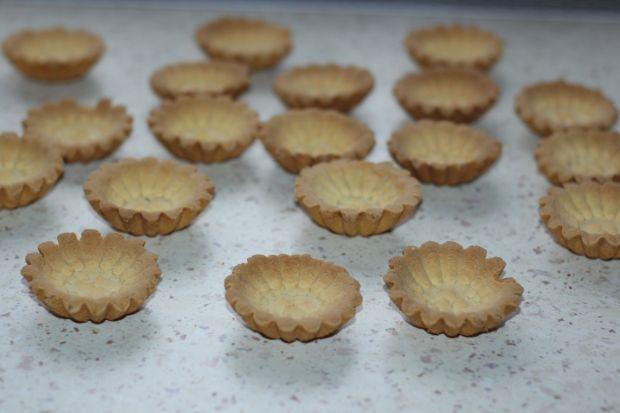 Kruche babeczki z bitą śmietaną i truskawkami
