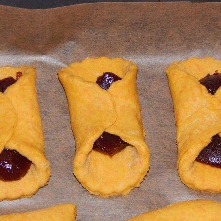 Kruche ciasteczka marchewkowe z różą