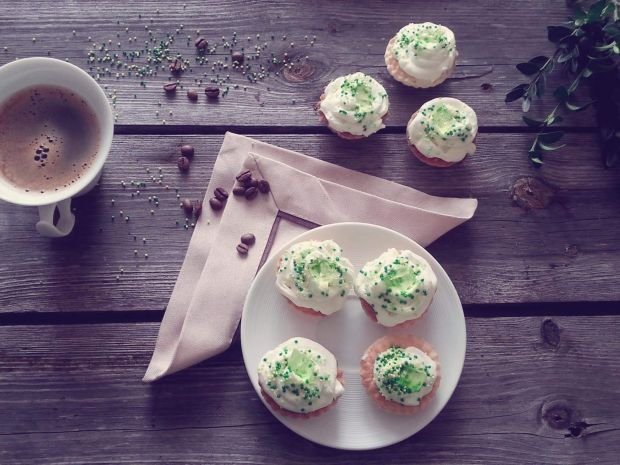 Kruche ciasteczka z kremem i kawałkami galeretki