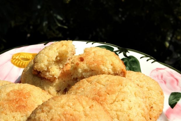 Kruche ciastka z kaszy manny i wiórków kokosowych