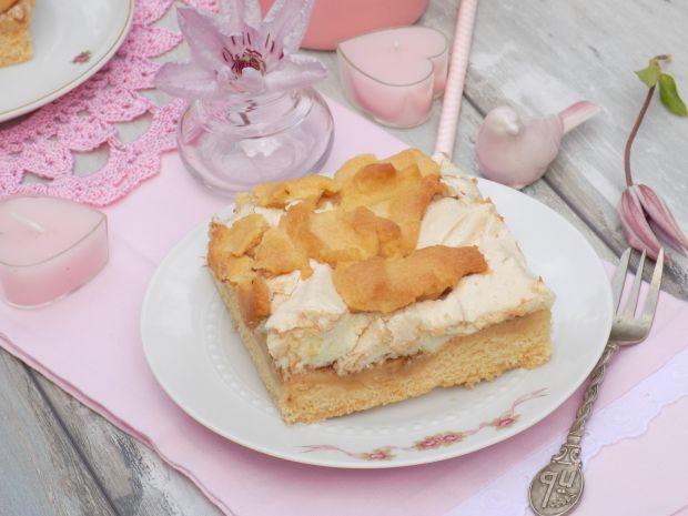 Kruche ciasto z jabłkami i budyniową pianką